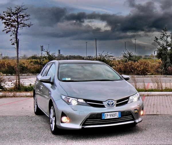 toyota auris hybrid test drive. Black Bedroom Furniture Sets. Home Design Ideas
